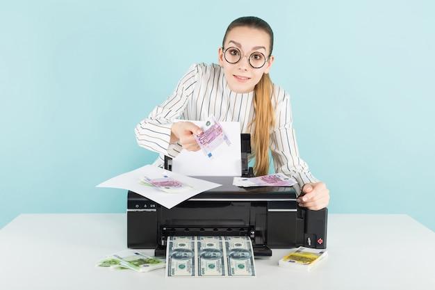 Dinheiro de impressão mulher atraente
