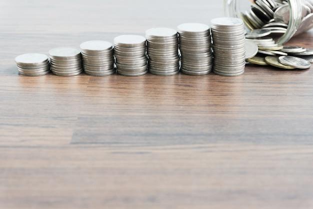 Dinheiro de moeda tailandesa com salvar o conceito de dinheiro