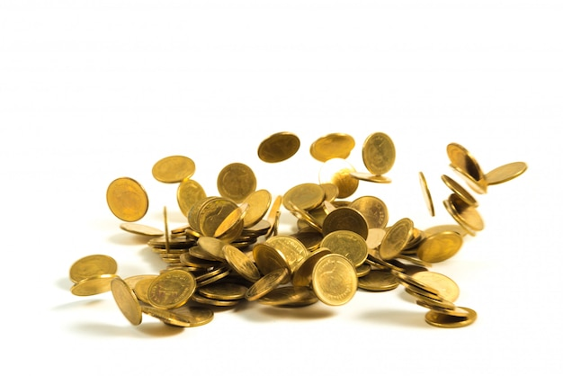 Dinheiro de moedas de ouro caindo isolado no branco