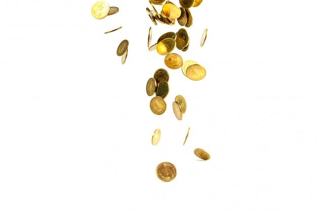 Dinheiro de moedas de ouro caindo isolado no fundo branco