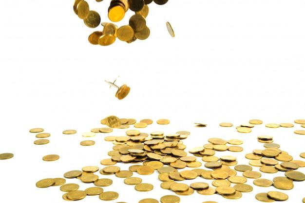 Dinheiro de moedas de ouro caindo isolado