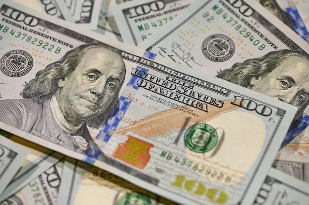 Dinheiro de notas de cem dólares, investimento em negócios financeiros e fundo de dinheiro do conceito econômico