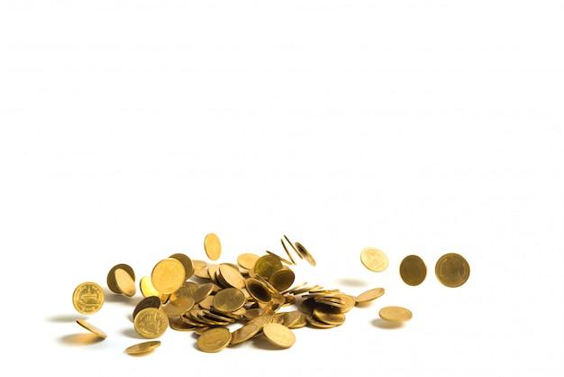 Dinheiro de queda das moedas de ouro isolado no fundo, no dinheiro do negócio e no conceito brancos da finança.