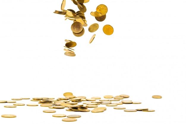 Dinheiro de queda isolado no fundo branco, conceito das moedas de ouro do negócio.