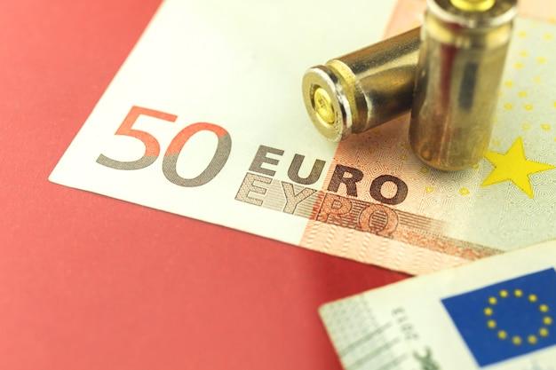 Dinheiro do euro e fundo de bala, foto do conceito de criminoso e máfia na europa