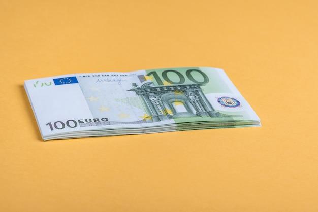 Dinheiro do euro em um amarelo