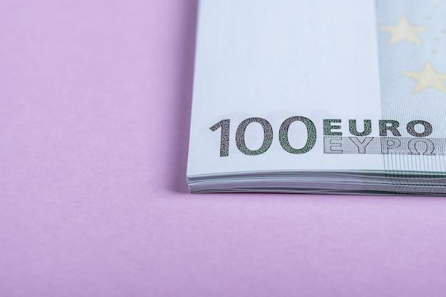 Dinheiro do euro em um fundo lilás