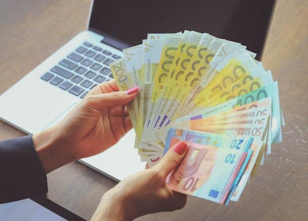 Dinheiro do euro na mão da mulher de negócios. conceito de negócios