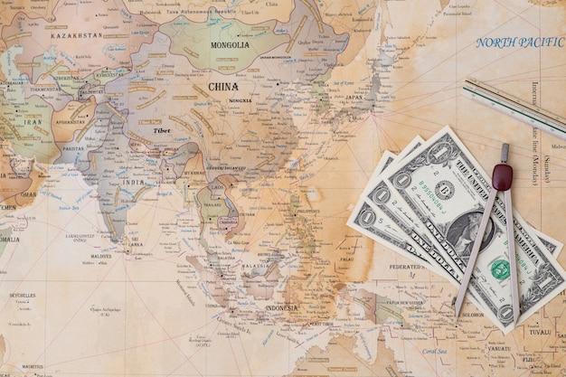 Dinheiro e ângulo no mapa do mundo.