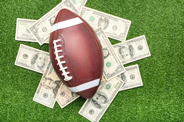 Dinheiro e bola de rugby. conceito de aposta desportiva