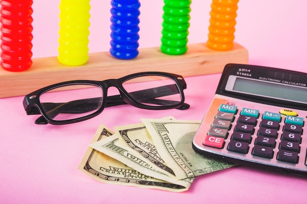 Dinheiro e calculadora na mesa