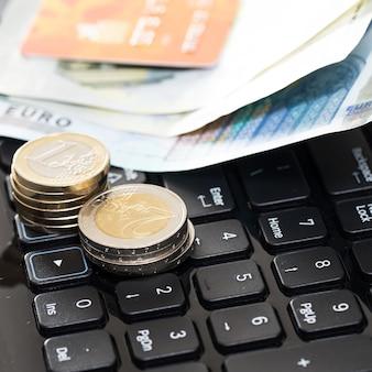 Dinheiro e cartão do banco no teclado
