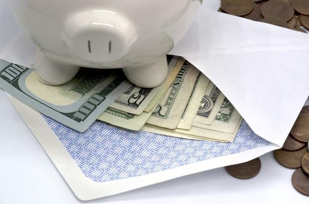 Dinheiro e cofrinho na mesa conceito de finanças e investimento