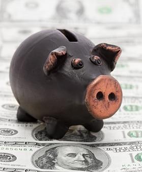 Dinheiro e cofrinho preto