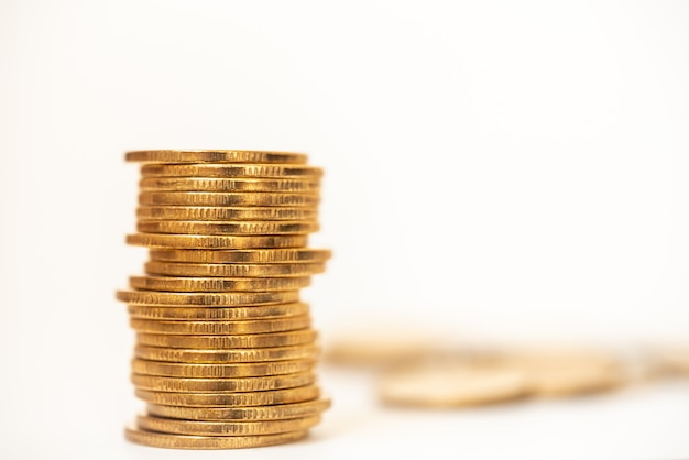 Dinheiro e conceito financeiro. close da pilha de moedas de ouro com