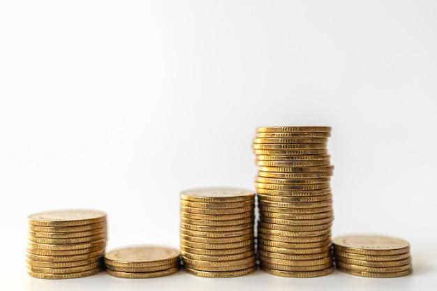 Dinheiro e conceito financeiro. close up da pilha de moedas de ouro em fundo branco.