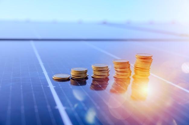 Dinheiro economizado usando energia com painel solar