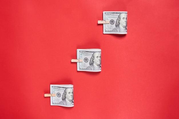 Dinheiro em notas de dólar americano em fundo vermelho