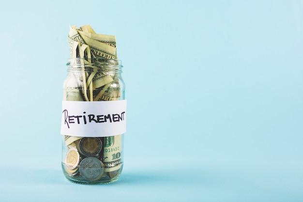 Dinheiro em pote para aposentadoria