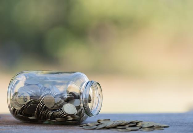 Dinheiro em uma garrafa de vidro ideias para economizar dinheiro