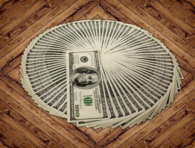 Dinheiro em uma madeira