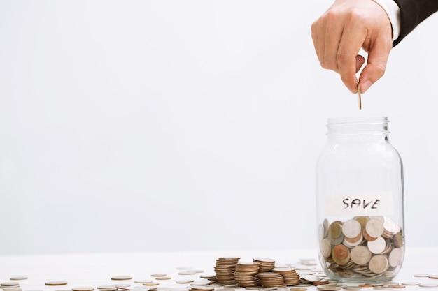 Dinheiro empilhado moedas com casa de fundo