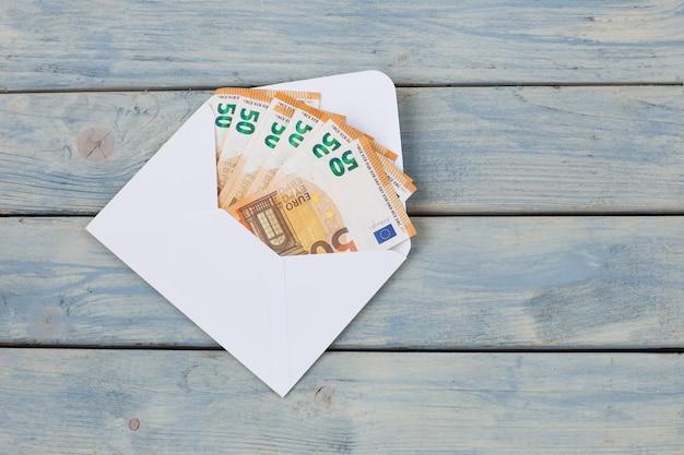 Dinheiro euro em envelope branco