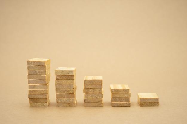 Dinheiro, financeiro, conceito de crescimento do negócio, pilha de madeira