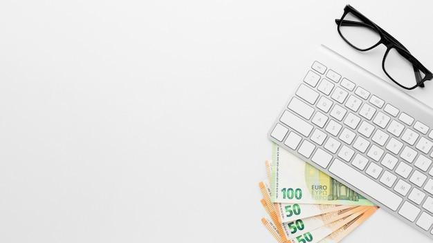 Dinheiro lay plana e espaço de cópia de tecnologia