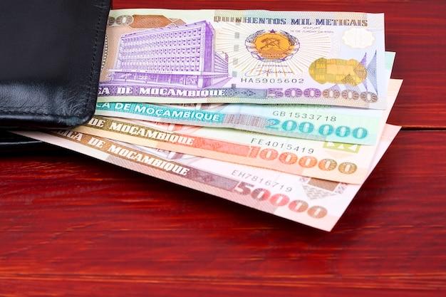 Dinheiro moçambicano antigo na carteira preta