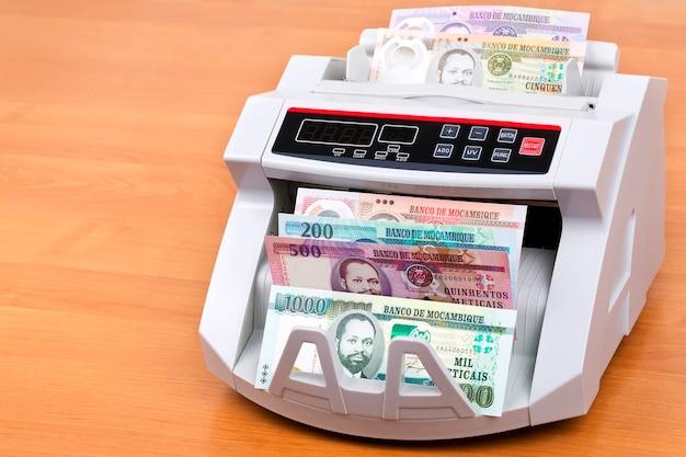 Dinheiro moçambicano na máquina de contagem