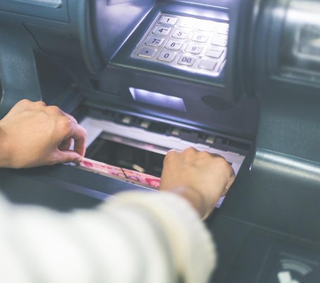 Dinheiro na operação do banco atm