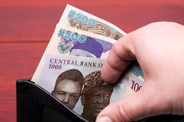 Dinheiro nigeriano em uma carteira preta