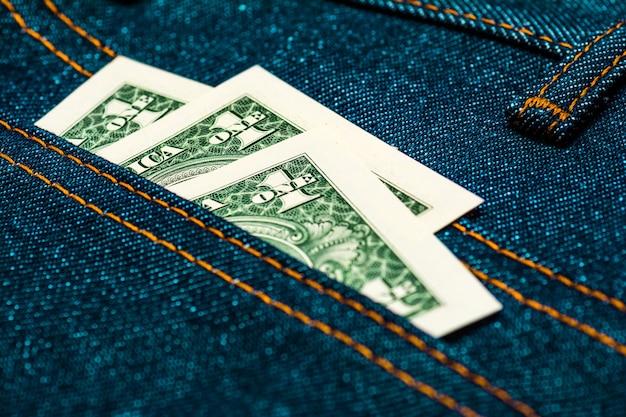 Dinheiro no bolso da calça jeans