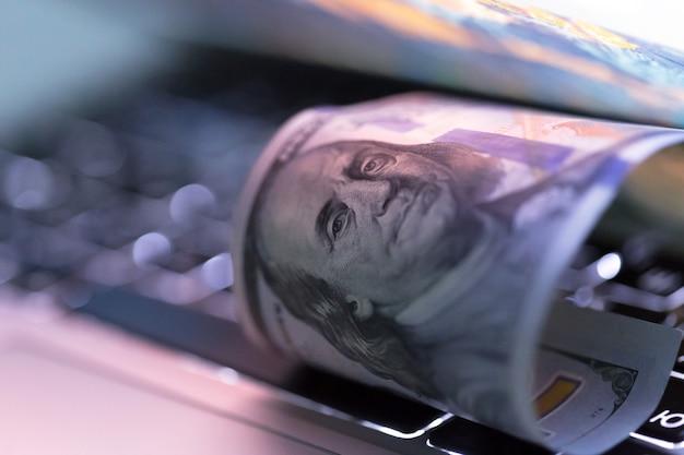 Dinheiro no laptop
