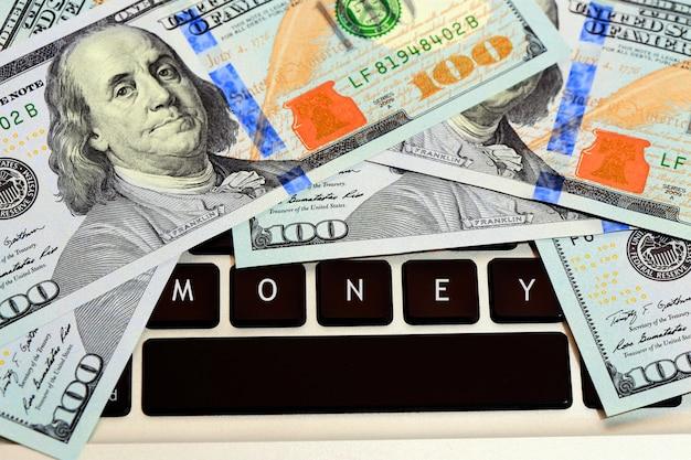 Dinheiro no teclado do computador