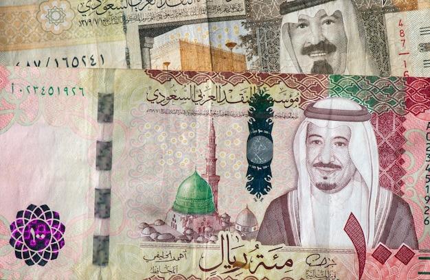 Dinheiro, nota de riyals da arábia saudita em foco superficial.