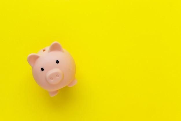 Dinheiro rosa fofo grande em superfície amarela brilhante