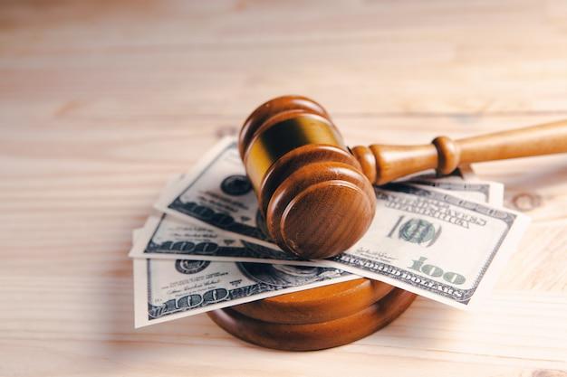 Dinheiro sob o martelo do juiz