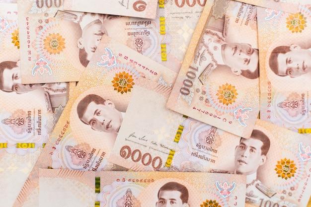 Dinheiro tailandês empilhado, vista de cima