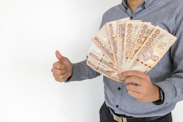 Dinheiro tailandês na mão isolado