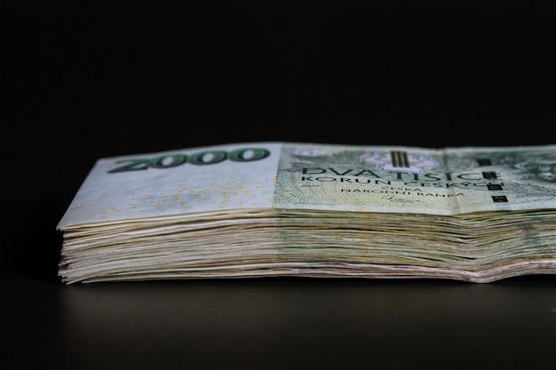 Dinheiro tcheco em um fundo preto. notas de banco de 2000.