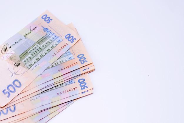Dinheiro ucraniano. quinhentos hryvnias uah isolado no fundo branco