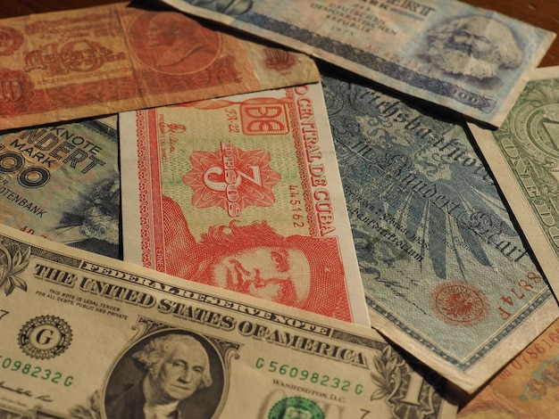 Dinheiro vintage de países comunistas e notas de dólar
