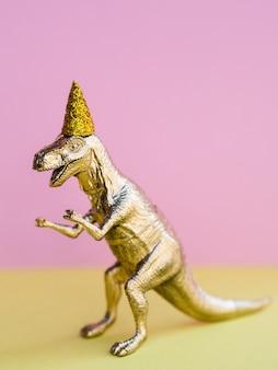 Dinossauro de brinquedo engraçado para aniversário