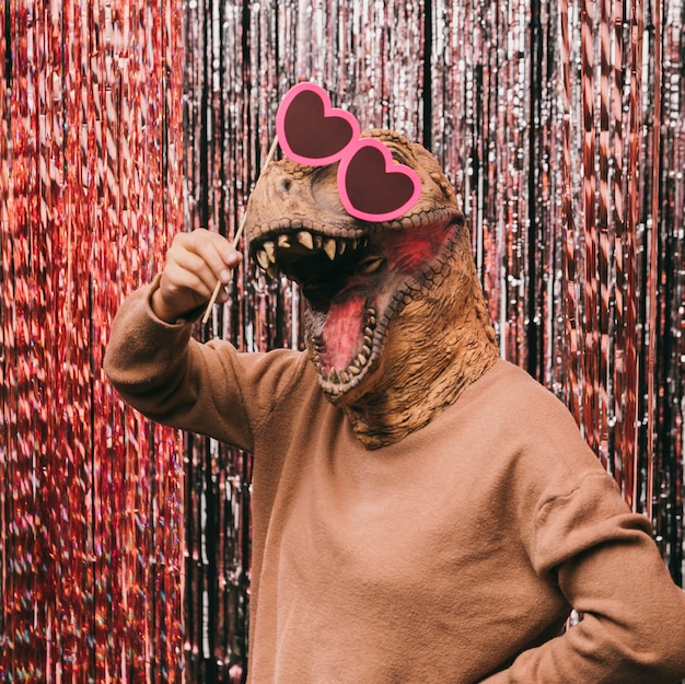 Dinossauro engraçado com óculos de sol