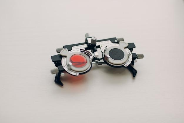 Dioptria do optometrista na loja do salão de óptica