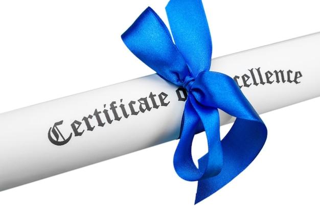 Diploma amarrado com fita azul no fundo