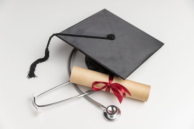 Diploma de graduação e chapéu de toga