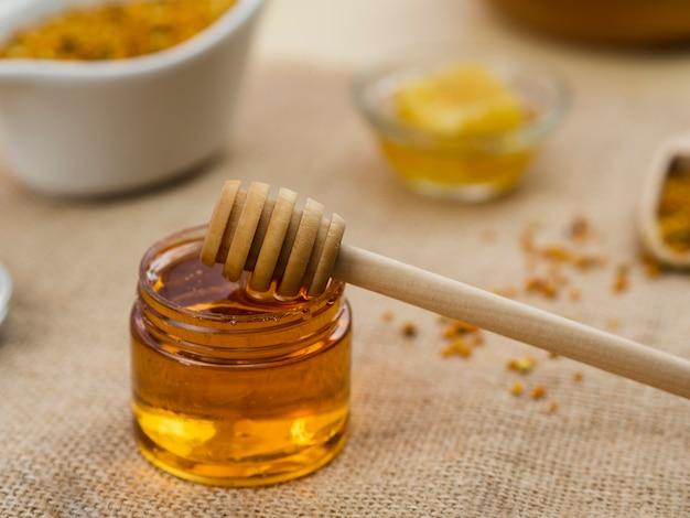 Dipper de madeira em mel pegajoso